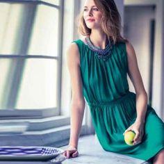 Elegante jurk met elastiek. In deze jurk zie je er heel elegant uit. Een soepele polyester of viscose is voor deze jurk het meest geschikt.