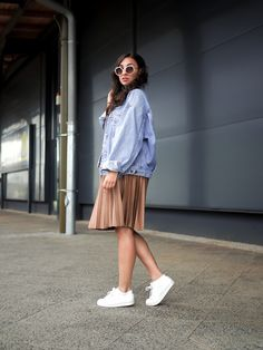 Oversize Denim Jacket and Pleated Skirt how to wear retro boyfriend jeansjacke plissee rock midi länge midiskirt reserved sneakers adidas superstars outfit fashion blog berlin samieze streetstyle