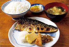《 代官山 》33年間欠かさず築地の魚河岸に足を運んできた店主が厳選する魚は、脂乗りのよいサバ、艶あるサンマ、旨みの詰まった鮭など味の確かなものばかり。昔ながらの味を守る努力が人気の理由  おしゃれエリアに創業48年の老舗あり!『末ぜん』   創業から48年、代官山駅近くで、魚を中心に家庭料理の味を提供。   毎朝店主である堀井 肇氏が築地に赴き、自分の目で見て決めた魚のみ仕入れており「さば塩焼き定食」¥900は今も昔も一番人気だ。   昔ながらの家庭的な定食屋にわざわざ足を運んでくる若い客も多く、ハンバーグなどが登場することも。足繁く通うべし。
