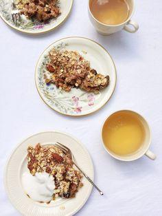 Crumble recept met rabarber - gezond made by ellen Healthy Treats, Healthy Baking, Healthy Recipes, Paleo Dessert, Dessert Recipes, Desserts, Love Food, A Food, Rhubarb Recipes