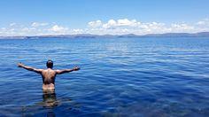 Nadando pelado, nu mesmo, no Lago Titicaca, entre o Peru e a Bolívia, na Ilha de Taquile (depois de passar por Uros e Amantani), o mais alto lago navegável do mundo. Manda nudes pra natureza! Post: Mochilão no Peru: Dia 19 | Diário de Bordo