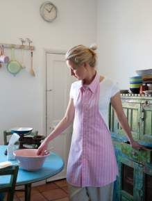 Frau mit selbstgenähter Küchenschürze, Schürze aus Buttondown-Hemd