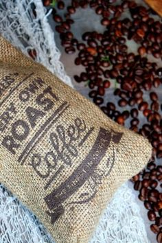 Peeling na rty z kávového lógru Burlap, Reusable Tote Bags, Homemade, Throw Pillows, Toss Pillows, Hessian Fabric, Home Made, Cushions, Decorative Pillows