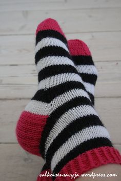 Knitted Slippers, Wool Socks, Knitting Socks, Hand Knitting, Learn How To Knit, How To Purl Knit, Knitting Projects, Ravelry, Needlework