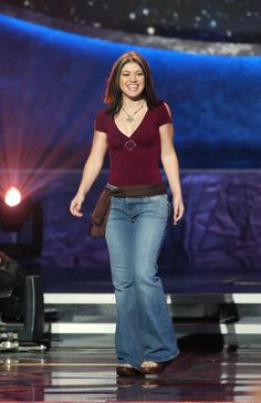 Kelly Clarkson's stylized cross necklace, platform heels, and scarf belt (with bonus chunky highlights).