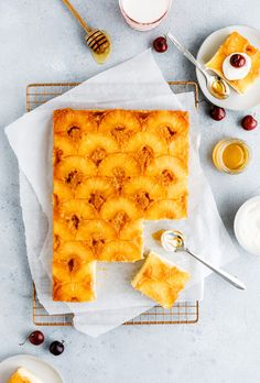 Easy and delicious pineapple upside-down cake! The perfect summer snack to enjoy with friends and family. Pineapple Recipes, Pineapple Cake, Pineapple Upside Down Cake, Pineapple Slices, Canned Pineapple, Pitaya, Cupcakes, Cupcake Cakes, Summer Snacks