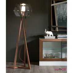 Lámpara Compass de pie con estructura de madera de nogal y acero. Pantalla de esfera de cristal transparente. Altura 174 cm.