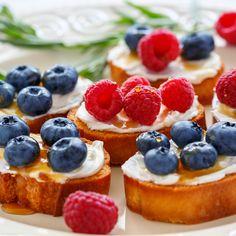 Queso Hecho en Casa con Pan Brioche Tostado, Frutos Rojos, y Miel por Chef Giorgio Rapicavoli. #FuertesconLeche #breakfast #desayuno #leche #berries #cheese #queso #nutritious #food #foodie #delicious #yummy #creamy #delish #comerrico #yum #nomnom