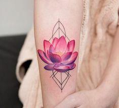 Watercolor Tattoo am Arm Lotusblume #FlowerTattooDesigns