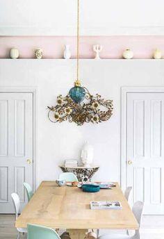 Viel Weiß und ein Streifen Rosa. #KOLORAT #Wandgestaltung #Küche