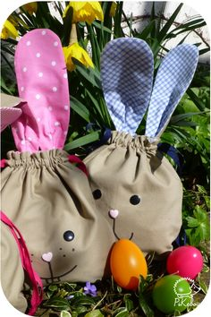 sacs lapins- patron gratuit - sac de Paques - osterhase - easter bunny - free pattern Diy Tote Bag, Tote Bags, Easter Bunny, Drawstring Backpack, Free Pattern, Point, Hand Bags, Clutches, Couture