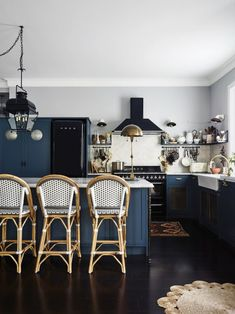 Interior designer and self-described captain of Sydney homewares store The Society Inc. Sibella Court opened the doors of her stunning Sydney apartment to Vogue Living. Blue Paint Colors, Kitchen Paint Colors, Colours, Kitchen Styling, Kitchen Decor, Kitchen Design, Eclectic Kitchen, Vogue Living, Blue Kitchen Cabinets
