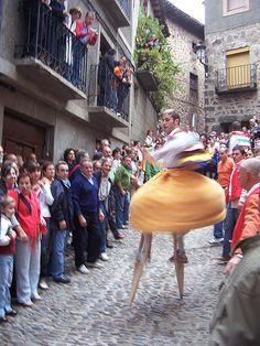 Archivo:Danzadores de zancos bajando la cuesta de los danzadores en Anguiano.JPG
