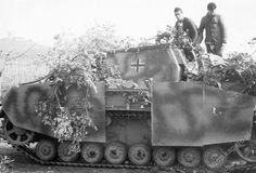 Sturmpanzer IV serie de mediados de producción durante la batalla de la cabeza de puente de Anzio en marzo de 1944. El vehículo pertenece a Sturmpanzer-Abteilung 216, que fue trasladado al frente italiano de Rusia un mes antes.