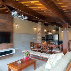 Decoração Varanda gourmet Mesa de centro e painel de madeira bernalprojetos 149222 Rustic Chic Kitchen, Exposed Brick Kitchen, Barbecue Garden, Outside Seating Area, Tv Decor, Home Decor, Living Room Modern, Inspired Homes, Home Interior Design