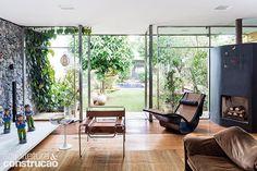 Revista Arquitetura e Construção - Casa é toda aberta para o jardim