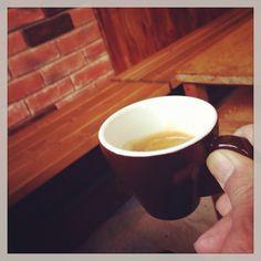 Guatemala / El Injert. Jan. 2014. 帰国後ますます珈琲にどっぷりとつかるきっかけになった、用賀にあるこのお店。若いオーナーロースターが真摯に珈琲と向き合っている。ここでシングルオリジンの面白さ、特にエスプレッソで頂くことの面白さを知った。家が近いこともあって今でも一番よく行くお店となっている。家で毎朝飲む珈琲は基本的にここのもの。ローカル・ロースターは大事にしなきゃね。というか、俺の街の珈琲美味いだろ!って自慢出来る街にしたいし。期待してるぜ、Woodberry。 #coffee #espresso #guatemala #youga #tokyo