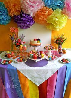 Mesa dulce alegre y multicolor, en violeta, aqua, fuxia, rojo, amarillo y naranja... Pompones, volados, flores y arabescos.