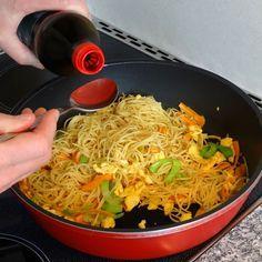 Chinesisch gebratene Nudeln mit Hühnchenfleisch, Ei und Gemüse, ein raffiniertes Rezept aus der Kategorie Studentenküche. Bewertungen: 182. Durchschnitt: Ø 4,5.