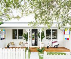 Once a falling-down wreck, this all-white cottage has been transformed into a glamorous family pad influenced by the owners' global roaming. Bungalow Extensions, Stone Feature Wall, White Exterior Houses, Alternative Flooring, Historic Properties, Queenslander, White Cottage, Australian Homes, Country Farmhouse