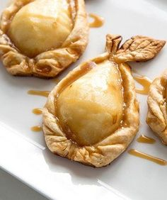 Three easy ingredients is all you need to make this elegant dessert. Sweet pears blanketed in golden, flaky pie crust topped with King's Cupboard Caramel Sauce, are a perfect after-dinner treat! Caramel Pears, Caramel Pie, Desserts Caramel, Just Desserts, Delicious Desserts, Yummy Food, French Desserts, Elegante Desserts, Pie Crust Designs