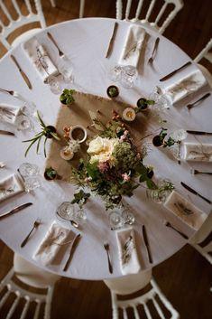 Carré de toile de jute, baies jetées sur la table, bouquet placé pas au centre, bougies, plantes grasses  (cadeaux invités) en déco