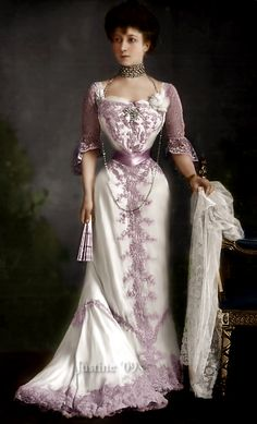 Queen Maude of Norway wearing a collier de chien. Edwardian Dress, Edwardian Fashion, Vintage Fashion, Antique Clothing, Historical Clothing, Vintage Gowns, Vintage Outfits, Jeanne Lanvin, Gibson Girl