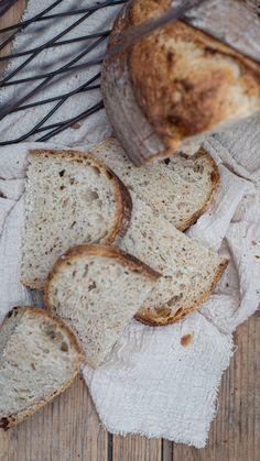 kváskový chlieb By NELKAFOOD  Keďže je situácia taká aká je a vyžaduje si aby sme sa čo najmenej pohybovali vonku, stále viac ste ma žiadali o to aby sme spolu upiekli chlieb. Taký začiatočnícky, taký čo by zvládol doma každý. A tak som vaše … Food And Drink, Bread, Live, Basket, Breads, Sandwich Loaf