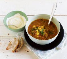 Viel Gemüse und rote Linsen machen diese Suppe zu einer vollwertigen, schnellen und gesunden Mahlzeit.