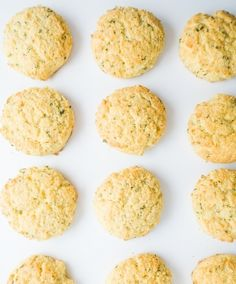 Buttery keto biscuits with garlic and parmesan are perfect for holiday meals, weeknight dinners, and snacks. This gluten-free biscuits recipe is super easy, too! Almond Flour Biscuits, Gluten Free Biscuits, Gluten Free Baking, Low Carb Biscuit, Low Carb Bread, Keto Bread, Banting Recipes, Raw Food Recipes, Low Carb Recipes
