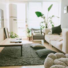 . 하루종일 뒹굴뒹굴 하고싶은 집 @ones3671 . 18평 작은 신혼집이지만, 햇살이 좋고 따스한 분위기를 살려서 편안하고 안락한 분위기를 살리고 싶었어요. 특별한 인테리어라기보단 좁은 집에 맞는 낮은 가구와 기본적인 화이트색감에 그레이를 코디했어요. 심심하지 않게 원색계열의 그림을 포인트로 주었어요. 식물들로 힐링하고 싶어 이것저것 화훼시장에서 사다가 키워온 어여쁜 아이들과 14살 반려견 샛별, 아직은 신혼인 저희부부의 소탈한 일상입니다. . [제품정보] 카펫트 : 시장 쇼파테이블 : 공방제작 love 쿠션 : #트리앤모리 3인쇼파, 암체어 : #체리쉬 쿠션 : #이케아 #봄봄데코 h&m홈 .  꿀하우스 카페에(프로필 링크) 더 많은 꿀정보가 있습니다.  꿀아이템을 소개합니다. @ggulhouse_notice  이케아 제품 해킹/리폼 정보는 @ikeahackers . . #꿀하우스 #ggulhouse #인테리어 #interior #집꾸미기 #방꾸미기 #홈데코 #...