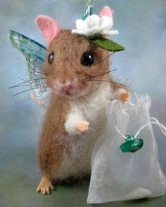 Beautiful! Reminds me of Beatrix Potter. Needle Felted Art by Robin Joy Andreae