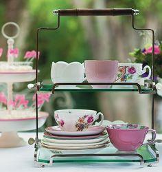 Decoração -  mesa de chá - Não é preciso coordenar os jogos de xícaras e pires. Basta criar uma composição interessante e servir os amigos