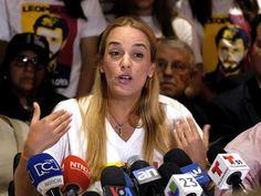 """La esposa del dirigente Leopoldo López, Lilian Tintori, denunció hoy el """"secuestro"""" al que, dijo, fue sometida por un supuesto grupo de chavistas que mantienen tomadas las entradas de un hotel en el que se hospeda la opositora en el marco de una gira por Venezuela.</p>"""