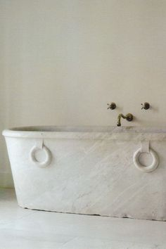 above, photo from Nest, December Number 66 To begin today's post, I thought I'd share with you an odd coincidence I experienced last night…at the time, I was struggling with… Bathtub Decor, Bathroom Spa, Bathroom Furniture, Bathroom Interior, Bathroom Modern, Furniture Decor, Bathtubs For Small Bathrooms, Dream Bathrooms, Beautiful Bathrooms