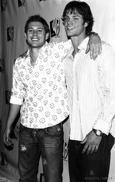 Actors Jared Padalecki and Jensen Ackles, who are costars and close friends. Matt Cohen, Jensen Ackles Jared Padalecki, Jensen And Misha, Winchester Boys, Winchester Brothers, Misha Collins, Zeppelin, Macho Alfa, Cw Series