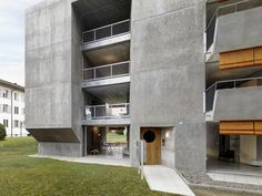 gus wüstemann architects has designed a low-cost housing block in zurich for the baechi foundation made up of concrete monoliths. Coworking Space, Zurich, Low Cost Housing, Concrete Interiors, Living Room Bench, Architect Magazine, Open Space Living, Apartment Complexes, Social Housing