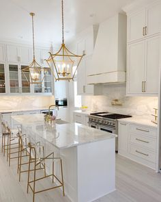 Gold Kitchen, New Kitchen, Home Decor Kitchen, Kitchen Layout, Kitchen Interior, Modern Farmhouse Kitchens, Home Kitchens, Modern Kitchens With Islands, Quartz Kitchen Countertops