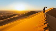 Fotografía Traveler in the desert, active young woman trekking in hot sandy wilderness, dramatic sunset, summer por andreaobzerova en 500px