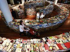 Parte da promoção dos Jogos Olímpicos do Rio em 2016, o aMAZEme é uma labirinto circular onde luzes, imagens e versos são projetados nos livros.