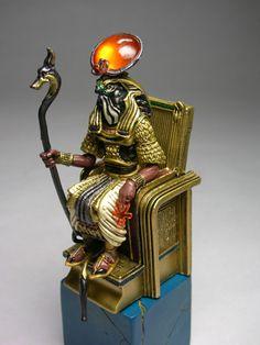 Quem era    Na mitologia do Egito Antigo, Hórus era o deus do céu. Era representado com o corpo de um homem na cabeça de um falcão (animal sagrado entre os egípcios).   Hórus era filho de Isis (deusa do amor) e Osíris (deus da vegetação e da vida no além).