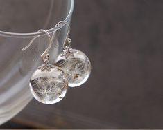 Dandelion seeds earrings - crystal resin ball earrings - Real Dandelion Seeds. Wer muss nicht diesem haben?
