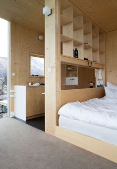 Soverom i Manshausen hotell sine hytter i Steigen Tiny Spaces, Small Apartments, Small Apartment Plans, Micro Apartment, Home Interior Design, Interior Architecture, Interior Decorating, Decorating Ideas, Plywood Interior