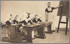Schoolklas met meisjes en juffrouw in Walcherse streekdracht. Zeeuwsche dorpschool. Zeeland (Holland) na 1905 #Zeeland #Walcheren