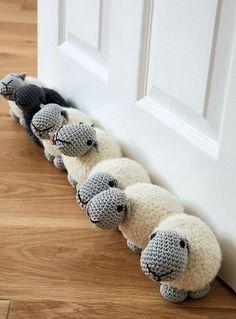 sieben Schafe   sechs weiße und ein schwarzes als Türstopper nähen und häkeln