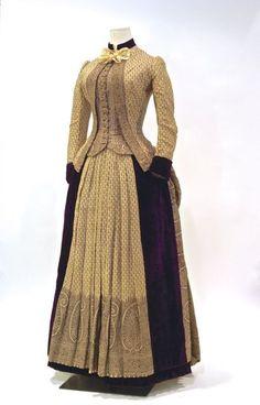 Purple velvet and printed wool dress, American, mid 1800s Clothing, Antique Clothing, Historical Clothing, 1880s Fashion, Edwardian Fashion, Vintage Fashion, Vintage Gowns, Mode Vintage, Vintage Outfits