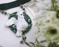 """Купить Медальон на чокере """"Какаду"""" - вышивка, авторская работа, юлия горина, необычный подарок"""