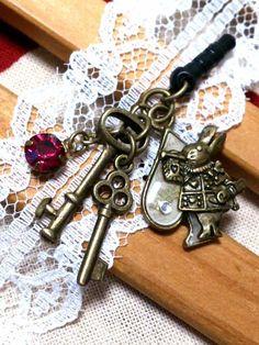 不思議の国のアリスをイメージしたスマホピアスです。鍵とストーンがジャラリとちょっとゴージャスに。【サイズ】ウサギチャーム 約2×1.8cm鍵チャー... ハンドメイド、手作り、手仕事品の通販・販売・購入ならCreema。