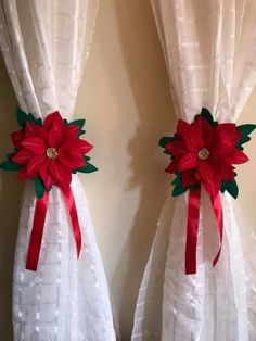 Here are easy Christmas decoration ideas which are within your budget. These dollar store Christmas decor ideas are cheap DIY Frugual Decorations for Xmas. Easy Christmas Decorations, Easy Christmas Crafts, Christmas Centerpieces, Gold Christmas, Homemade Christmas, Christmas Projects, Simple Christmas, Christmas Holidays, Christmas Wreaths