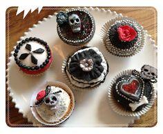 INSPIRATION - Gothic Halloween Cupcakes (Source : http://zuckerschock-und-tortenglueck.blogspot.de/2012/08/gothic-cupcakes.html)